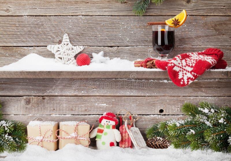 Tarjeta de Navidad con las cajas de regalo y el vino reflexionado sobre foto de archivo libre de regalías