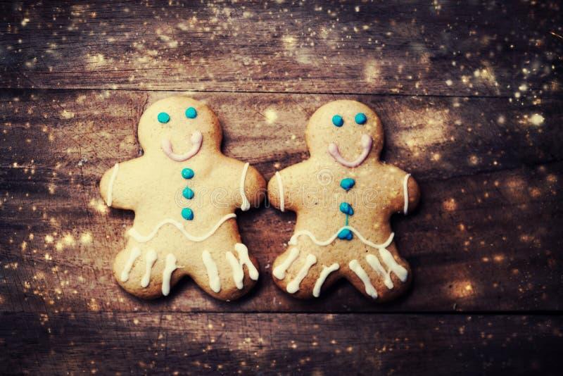 Tarjeta de Navidad con las galletas del hombre de pan de jengibre, decoraciones foto de archivo