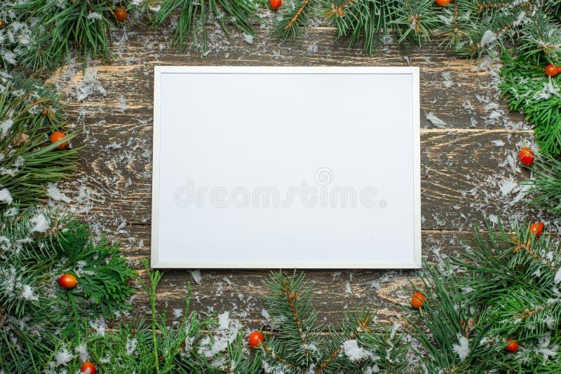 Tarjeta de Navidad del día de fiesta con el árbol de abeto y bolas festivas de las decoraciones, estrellas, copos de nieve en el  ilustración del vector