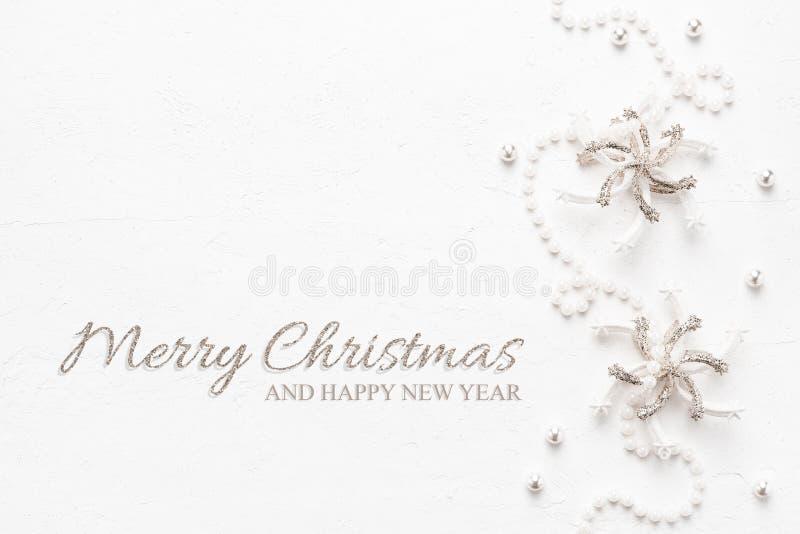Tarjeta de Navidad elegante con las perlas y las decoraciones en colores pastel en whi imágenes de archivo libres de regalías