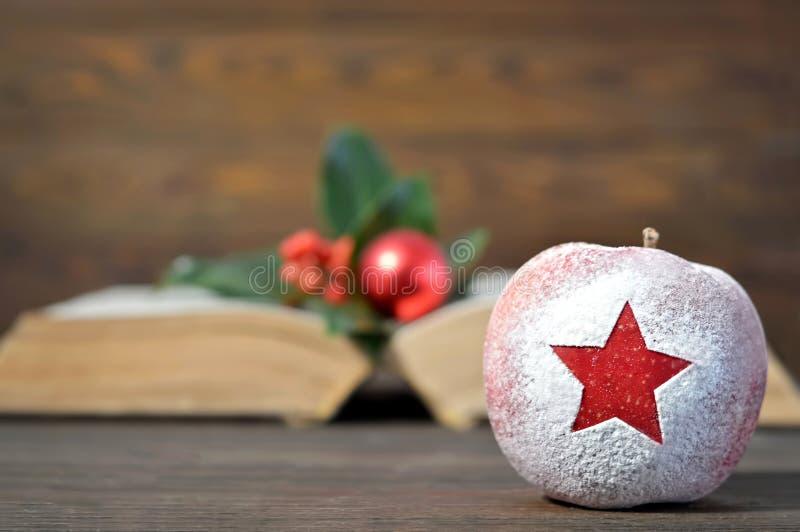 Tarjeta de Navidad: Manzana de la Navidad con forma de la estrella imagen de archivo libre de regalías