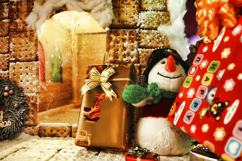 Tarjeta de Navidad: muñeco de nieve, galleta hecha a mano y presentes fotografía de archivo
