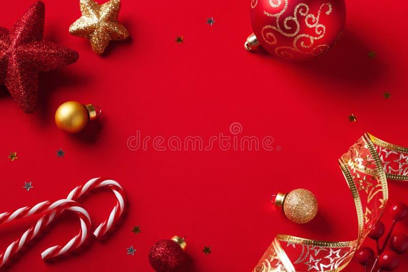 Tarjeta de Navidad o bandera Decoraciones de la Navidad en fondo rojo foto de archivo libre de regalías