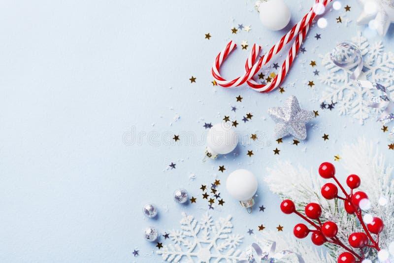 Tarjeta de Navidad o bandera Decoraciones de la plata de la Navidad en fondo azul imágenes de archivo libres de regalías