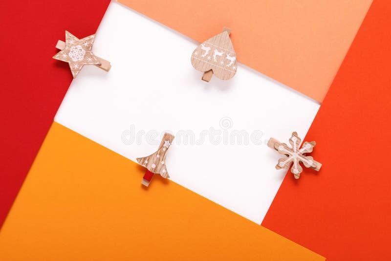 Tarjeta de papel roja en una clavija de ropa de la Navidad fotografía de archivo libre de regalías