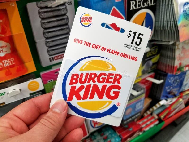 Tarjeta de regalo de Burger King en una mano imagenes de archivo