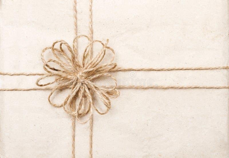Tarjeta de regalo del vintage con la cinta en el abrigo de papel imagen de archivo libre de regalías