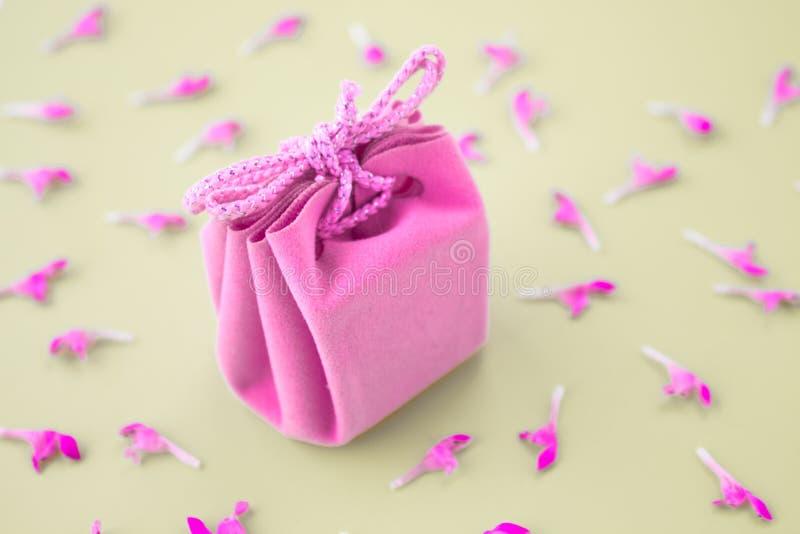 Tarjeta de regalo rosada en un fondo gris con las flores Regalo delicado hermoso imágenes de archivo libres de regalías