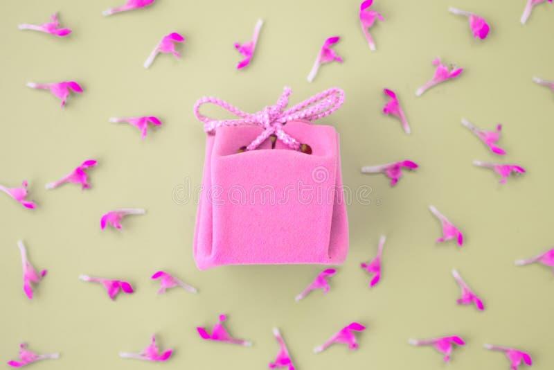 Tarjeta de regalo rosada en un fondo gris con las flores Regalo delicado hermoso foto de archivo libre de regalías