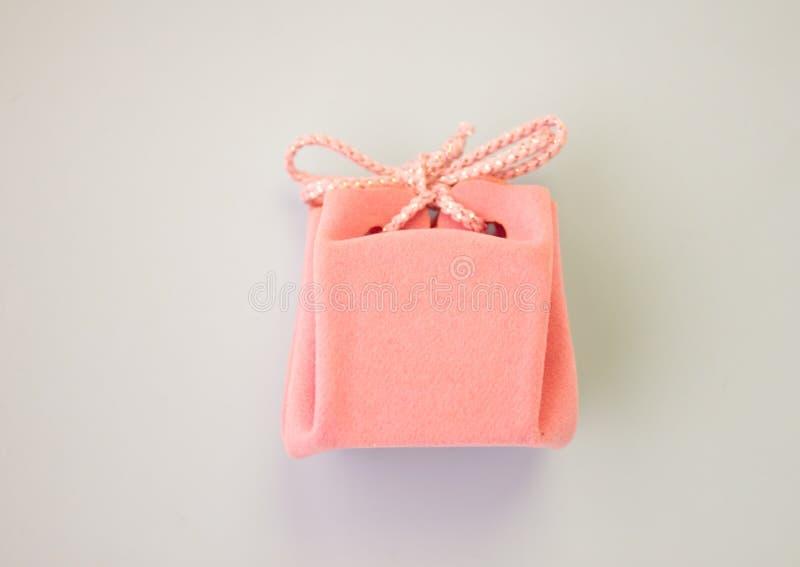 Tarjeta de regalo rosada en un fondo gris con las flores Regalo delicado hermoso imagenes de archivo
