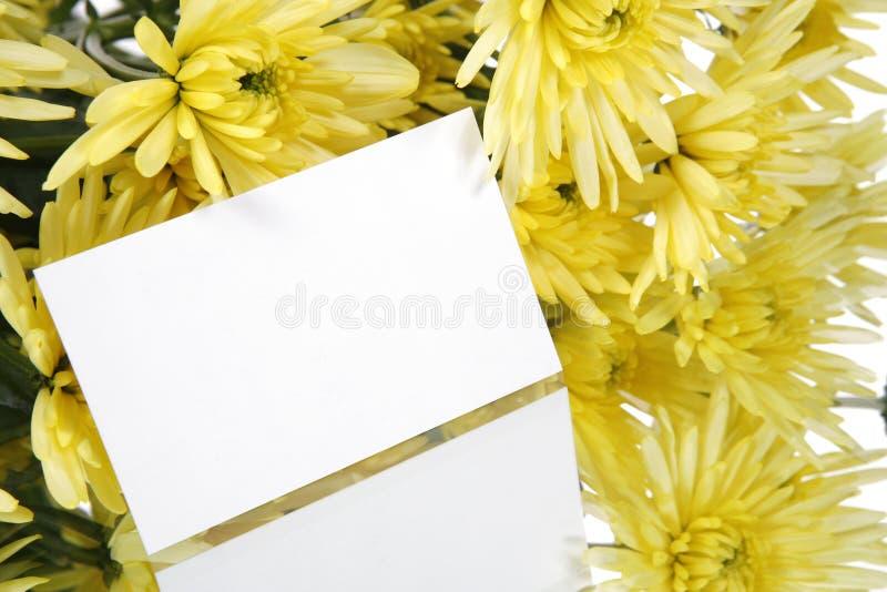 Tarjeta de regalo y flores amarillas imagen de archivo libre de regalías