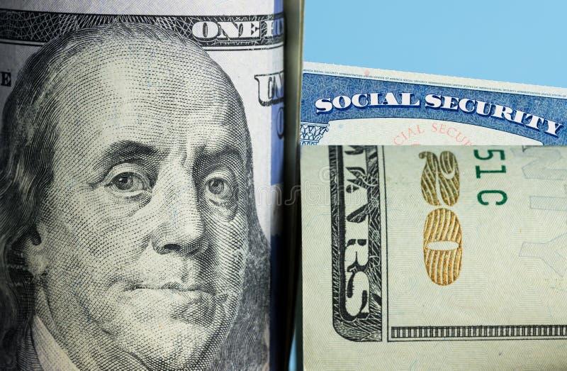 Tarjeta de Seguridad Social detrás de Benjamin Franklin en los E.E.U.U. nota de 100 dólares fotografía de archivo libre de regalías