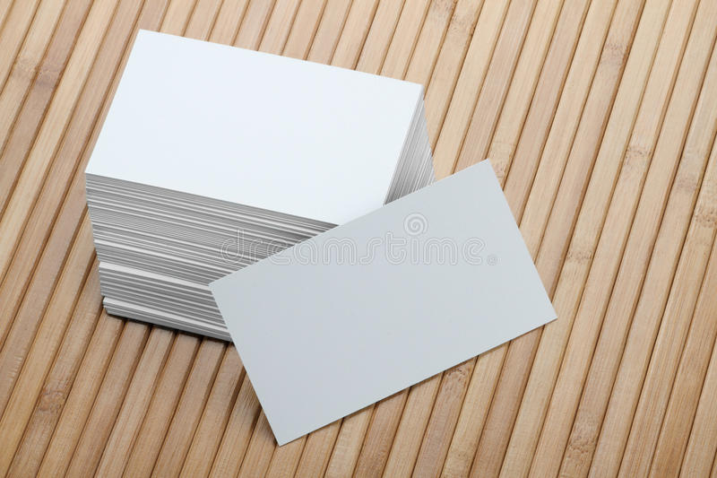 Tarjeta de visita blanca en blanco en fondo de madera imágenes de archivo libres de regalías