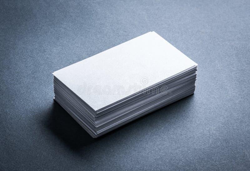 Tarjeta de visita blanca en blanco en fondo gris fotos de archivo