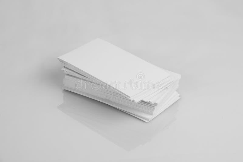 Tarjeta de visita blanca en blanco para las maquetas fotos de archivo libres de regalías
