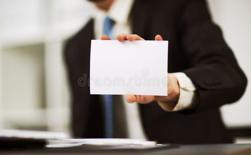 Tarjeta de visita de demostración de la mano del hombre fotos de archivo
