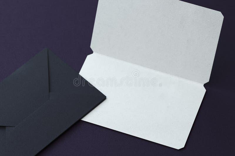Tarjeta de visita en blanco blanca y sobres negros en fondo oscuro representaci?n 3d libre illustration