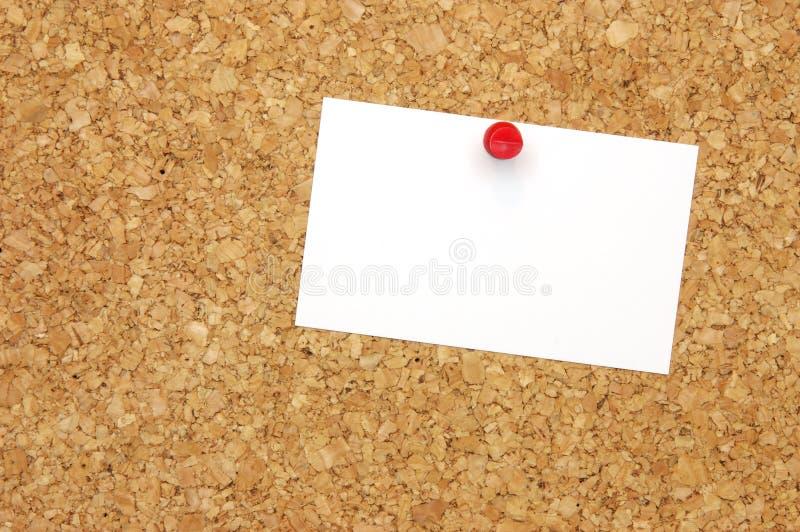 Tarjeta de visita en blanco en corkboard foto de archivo libre de regalías