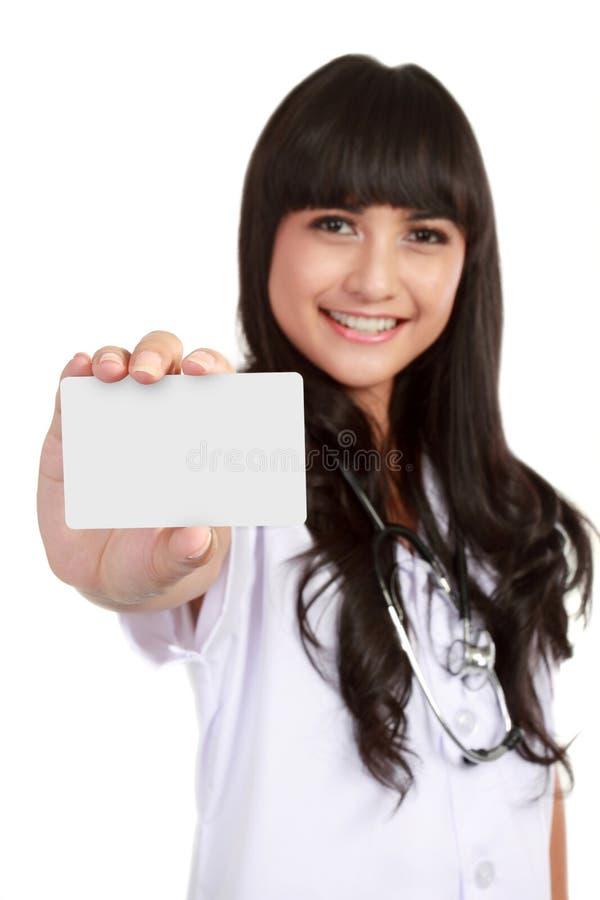 Tarjeta de visita joven de demostración de la mujer del médico fotos de archivo