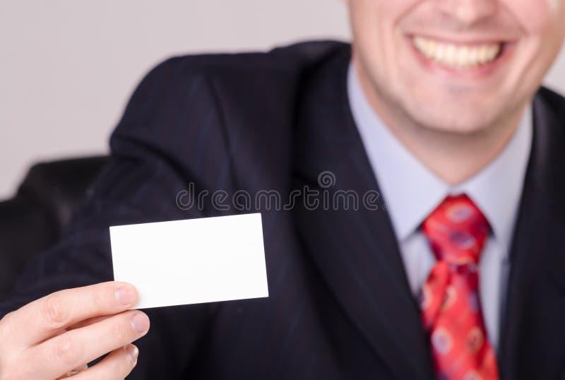 Tarjeta de visita sonriente hermosa de demostración del hombre de negocios con el espacio vacío imagen de archivo libre de regalías
