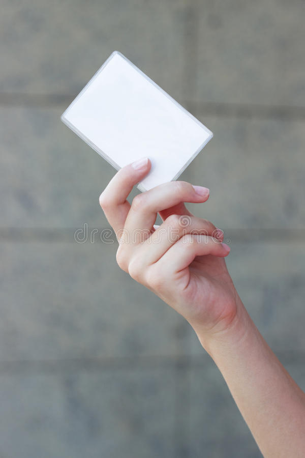 Tarjeta de visita vacía en la mano de una mujer foto de archivo