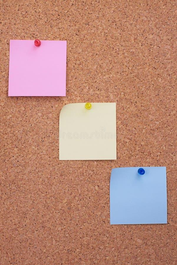 Tarjeta del corcho con las notas fotografía de archivo libre de regalías