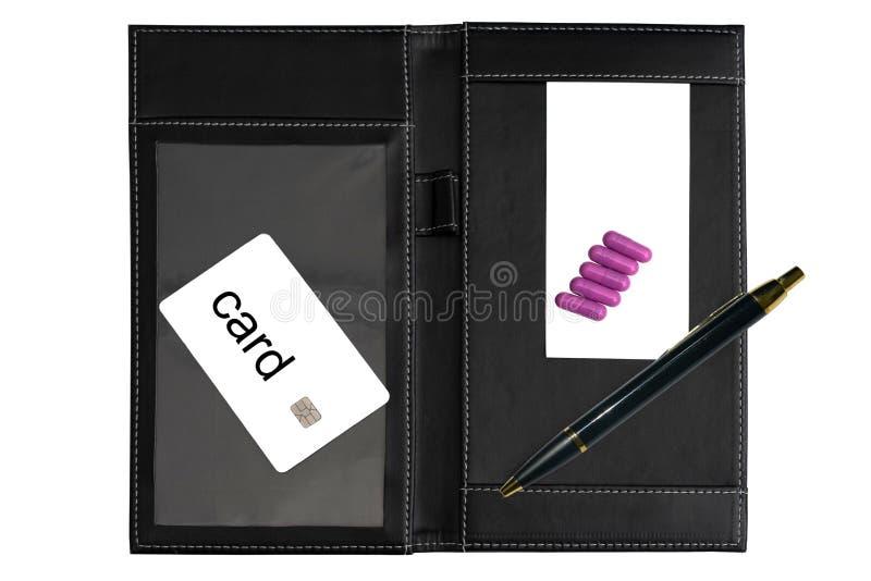 Tarjeta del crédito en blanco con el microprocesador y el resbalón y pluma para la muestra con la píldora imagenes de archivo