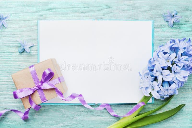 Tarjeta del día de fiesta del día de madres con el cuaderno vacío para el texto de saludo, el regalo o la actual opinión superior imágenes de archivo libres de regalías