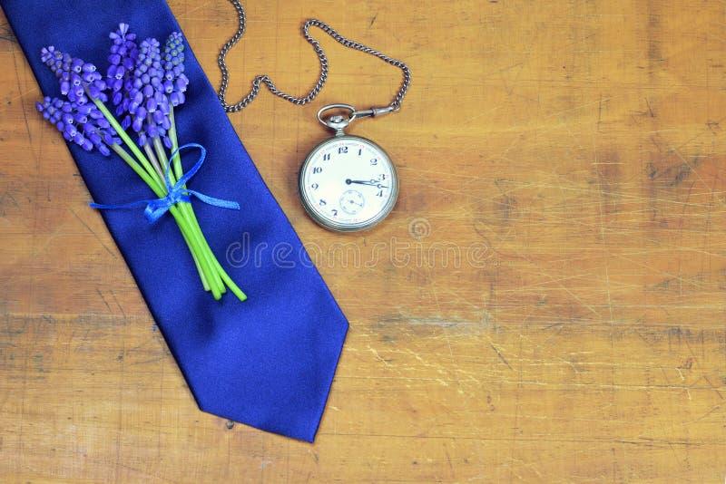 Tarjeta del día de padres con el lazo del día de padres, las flores y el pocke del vintage fotografía de archivo libre de regalías