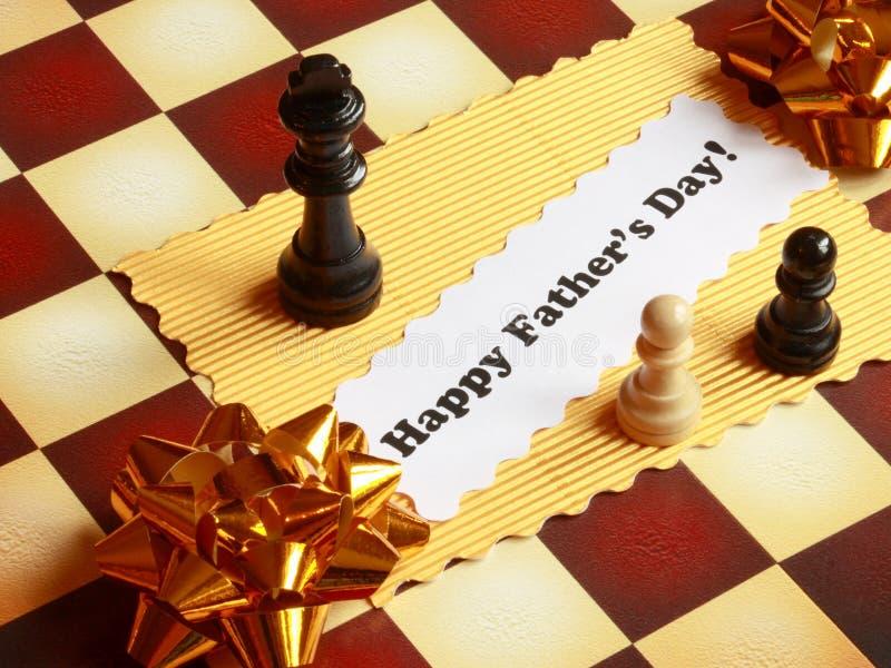 Tarjeta del día de padres en el tablero de ajedrez - foto común