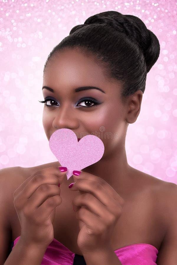 Tarjeta del día de San Valentín africana del amor del corazón de la mujer imagen de archivo