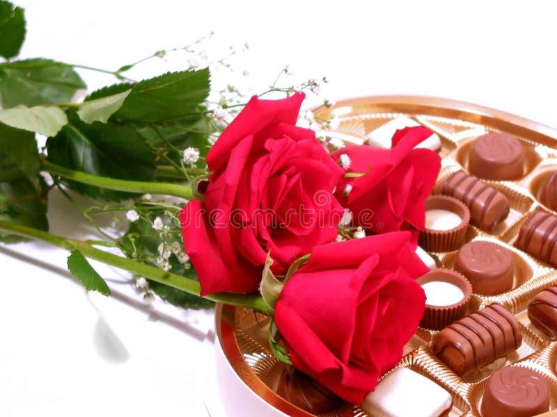 Tarjeta del día de San Valentín del chocolate de Rose fotografía de archivo libre de regalías
