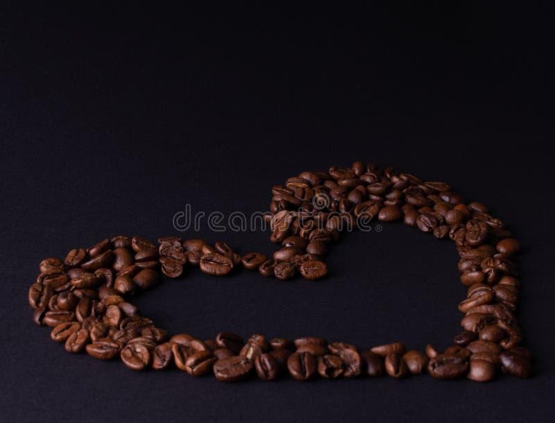Tarjeta del día de San Valentín hecha del café en un fondo negro fotografía de archivo