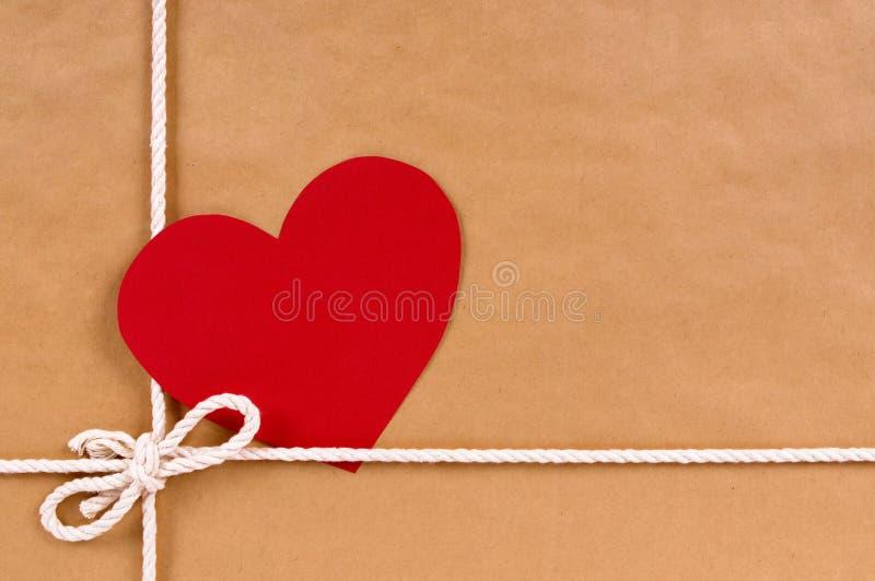 Tarjeta del día de San Valentín presente, etiqueta del regalo, backgro del paquete del paquete del papel marrón fotografía de archivo libre de regalías