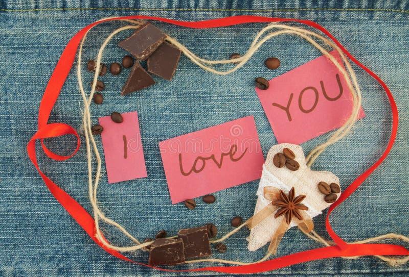 Tarjeta del día de San Valentín, tarjeta de felicitación con los corazones marrones del café, cinta roja, foto de archivo