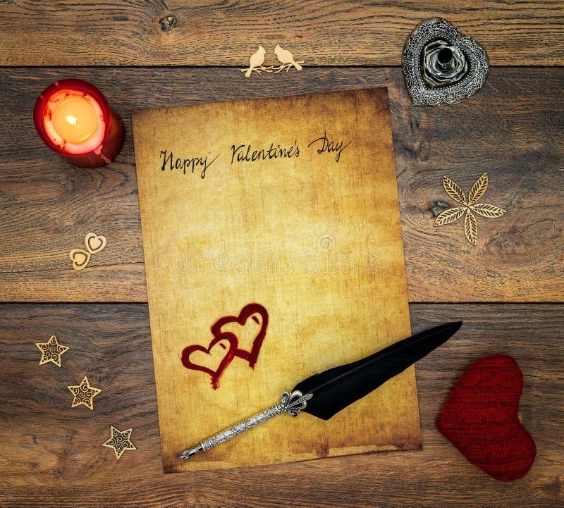 Tarjeta del día de tarjeta del día de San Valentín del vintage con el corazón rojo de la abrazo, decoraciones de madera, ciervo p foto de archivo libre de regalías