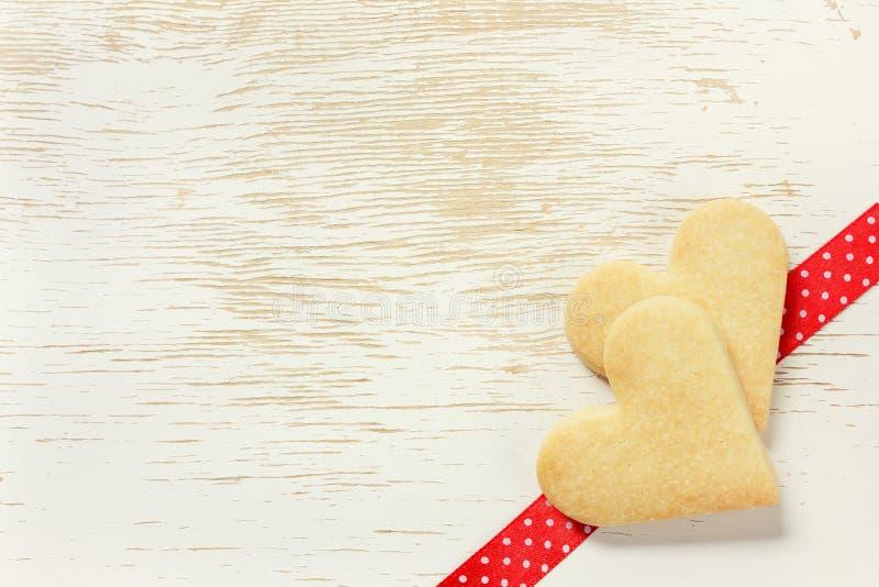 Tarjeta del día de tarjetas del día de San Valentín con las galletas de torta dulce fotografía de archivo