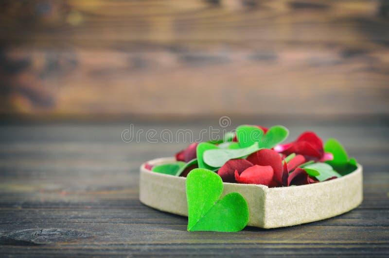 Tarjeta Del Día De Tarjetas Del Día De San Valentín Con Las Hojas En ...