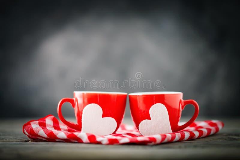 Tarjeta del día de tarjetas del día de San Valentín Día del `s de la madre Todavía vida a partir de dos tazas de café y de corazo fotografía de archivo libre de regalías