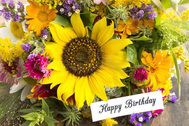 Tarjeta del feliz cumpleaños con el ramo de flores del verano foto de archivo libre de regalías