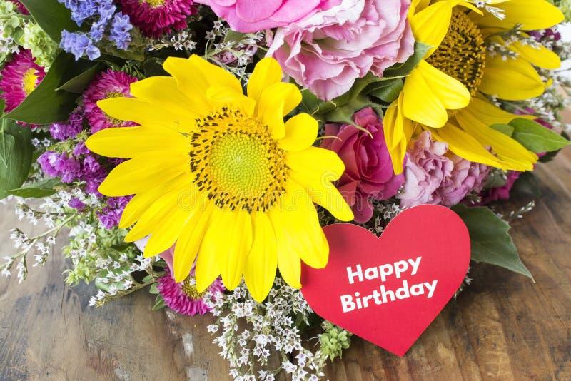 Tarjeta del feliz cumpleaños con el ramo de flores del verano foto de archivo