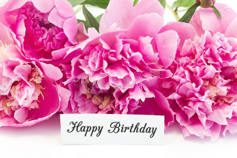Tarjeta del feliz cumpleaños con el ramo de peonías rosadas fotos de archivo