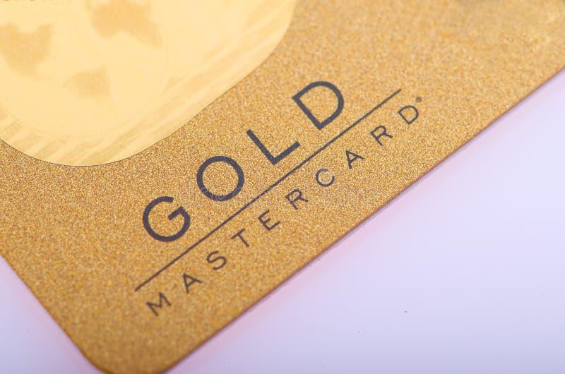 Tarjeta del oro de Mastercard en el fondo blanco foto de archivo