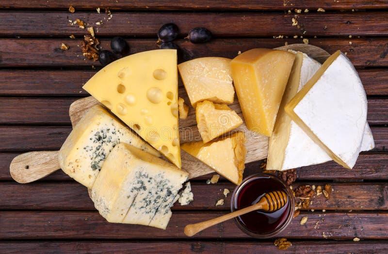 Tarjeta del queso Varios tipos de queso Visión superior fotos de archivo libres de regalías