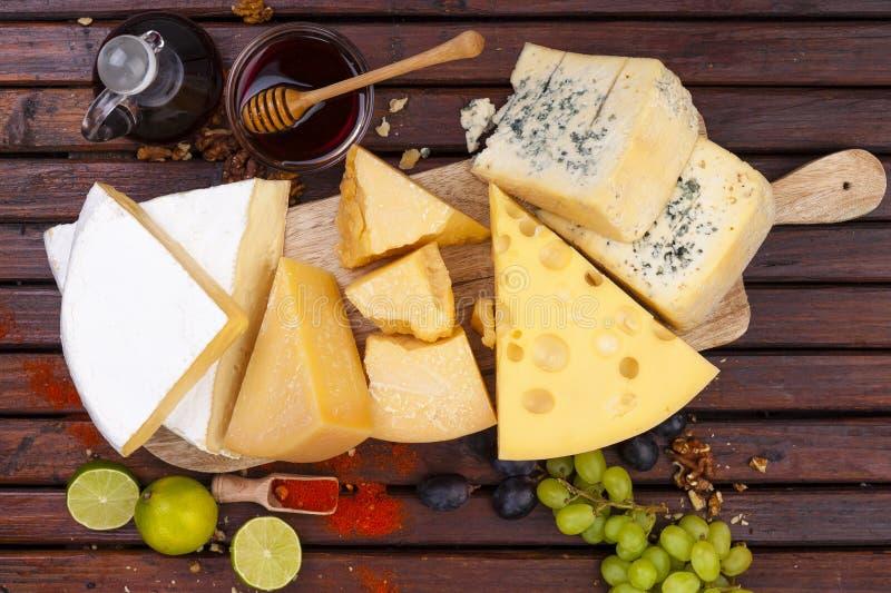 Tarjeta del queso Varios tipos de queso Visión superior foto de archivo libre de regalías