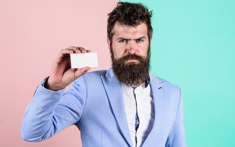 Tarjeta en blanco del control del hombre de negocios Tarjeta seria de la demostración de la cara del inconformista barbudo Servic imágenes de archivo libres de regalías