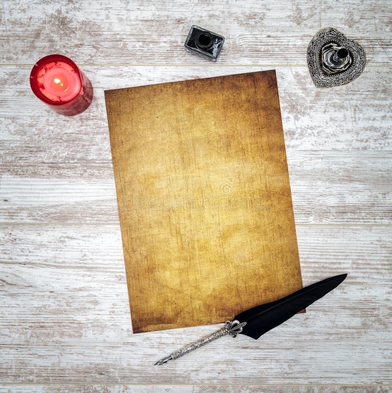 Tarjeta en blanco del vintage con la vela, la tinta y la canilla en el roble pintado blanco - visión superior foto de archivo