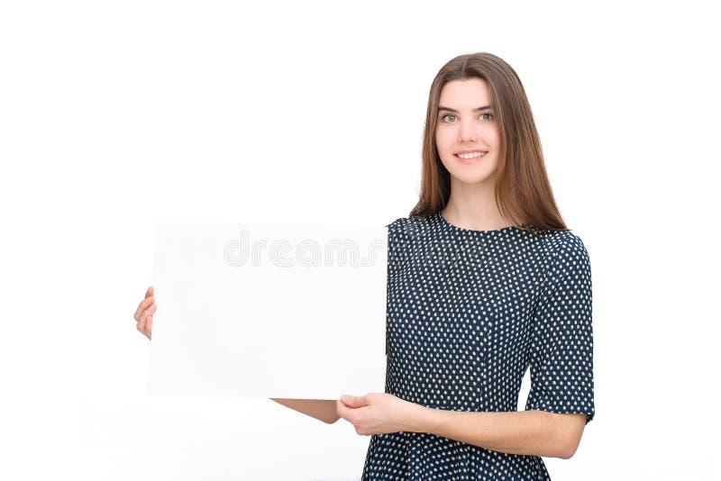 Tarjeta en blanco o papel sonriente joven de la demostración de la mujer fotos de archivo libres de regalías
