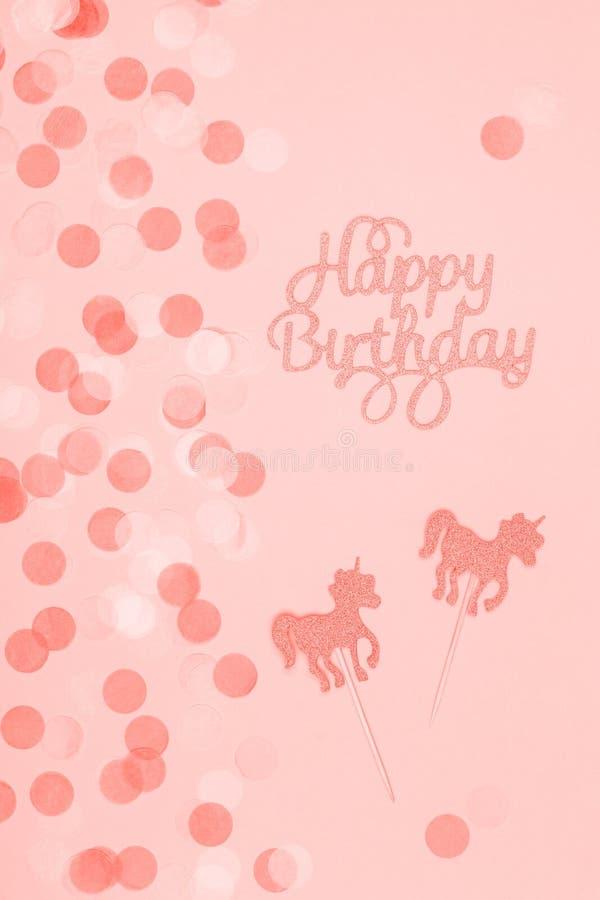 Tarjeta en colores pastel creativa del día de fiesta de la fantasía con la magdalena, las letras del feliz cumpleaños y unicornio fotos de archivo