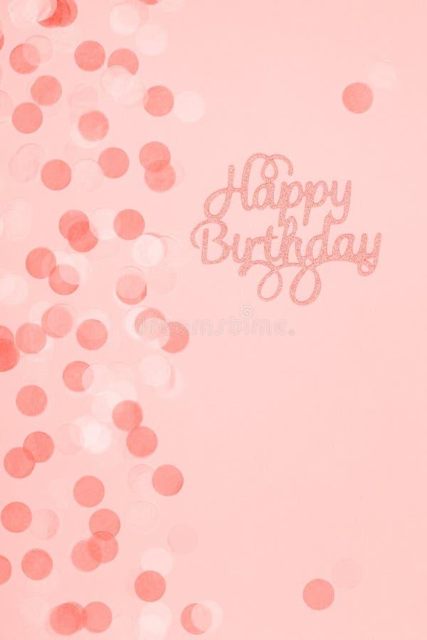 Tarjeta en colores pastel creativa del día de fiesta de la fantasía con la magdalena y las letras del feliz cumpleaños Fiesta de  fotografía de archivo libre de regalías